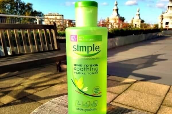 Nước hoa hồng Simple Soothing Facial Toner có thành phần lành tính, dịu nhẹ. (nguồn: internet)