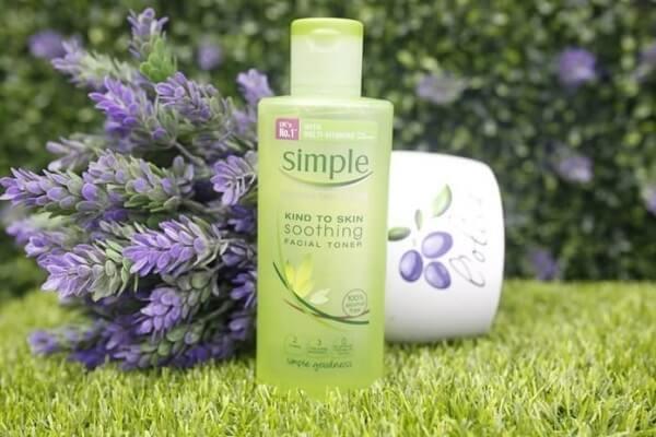 Nước hoa hồng Simple Soothing Facial Toner có công dụng chính là cân bằng độ pH cho da. (nguồn: internet)