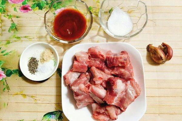 Nguyên liệu làm sườn xào chua ngọt cà chua