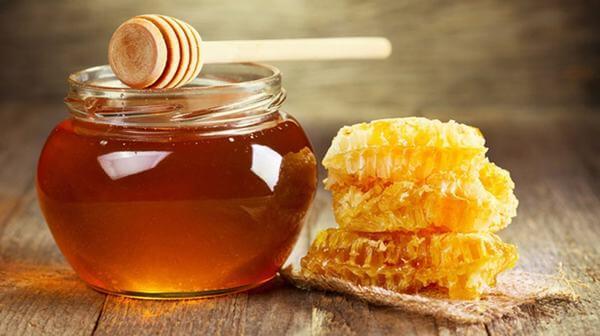 Mật ong có chứa nhiều vitamin và khoáng chất cùng với đặc tính chống oxi hóa và kháng khuẩn nên nó có nhiều tác dụng cho sức khỏe