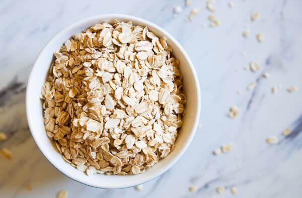 Nhờ lượng chất xơ hòa tan cao nên yến mạch có tác dụng tốt cho đường tiêu hóa. Dùng yến mạch hàng ngày giúp chống táo bón