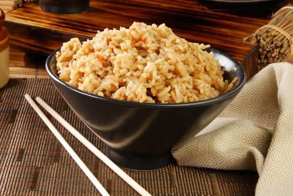 Cách sử dụng gạo lứt rang gồm có ba cách là rang thành bột, trà gạo lứt có thể uống như đồ uống hàng ngày và cốm gạo lứt rang.