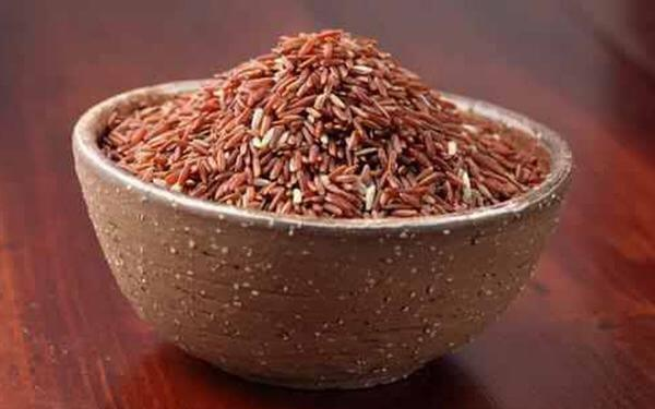Vì chứa thành phần chất xơ cao hơn gạo bình thường gấp 2 lần nên khi ăn gạo lứt, quá trình tiêu hóa sẽ chậm hơn khiến dạ dày có cảm giác không đói