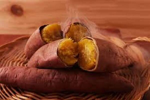 Giá trị dinh dưỡng của khoai lang. Khoai lang giàu tinh bột, đường, chất xơ, Vitamin A dưới dạng beta-caroten và vitamin C, protein độc đáo