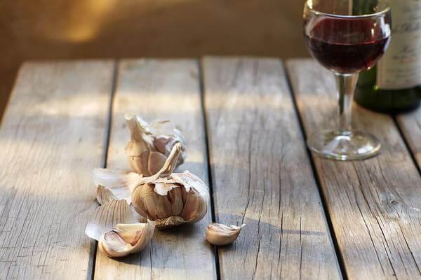 Nếu như chúng ta đã quen với cách dùng tỏi để giã nhỏ và trị bệnh trực tiếp, thì ngoài ra còn có thể dùng tỏi để ngâm rượu.