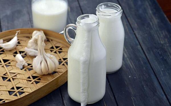 Thêm nước ép tỏi tươi vào sữa dùng hàng ngày cũng có khả năng làm giãn mạch máu, giải phóng cholesterol bằng cách làm tan lượng....