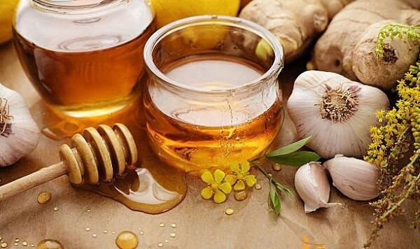 Tỏi ngâm mật ong - Công dụng của tỏi ngâm với mật ong ít người biết: trị ho, trị mụn, chữa dạ dày, chữa viêm xoang, nhiễm trùng, điều trị cảm