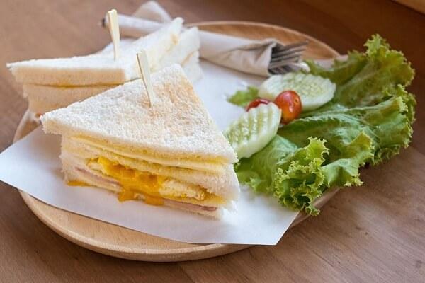 Sandwich trứng, thịt bò - các món ăn ngon làm sinh nhật