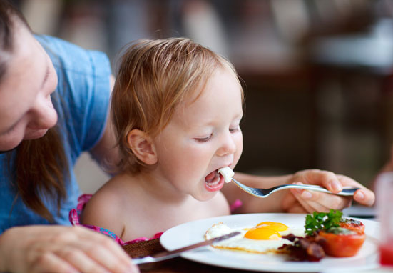 Trẻ em ăn trứng hàng ngày có sao không?