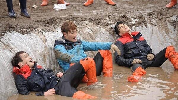 Tập 236 - Khách mời Shinhwa, ZE:A - Danh sách những tập Running Man chơi dưới bùn, dưới nước hay và hài hước nhất tổng hợp