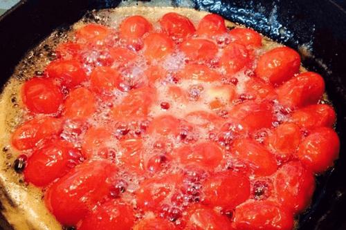 Cho cà chua vào chảo lớn