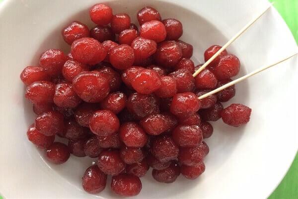 Cách làm mứt chùm ruột có màu đỏ đẹp, dẻo cay chua ngọt đơn giản