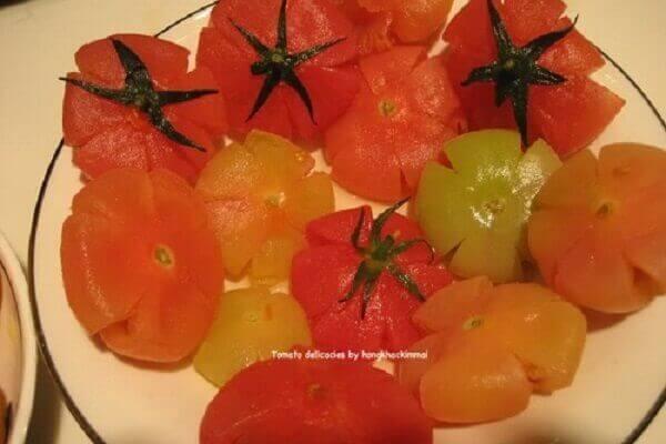Bạn cần ép cho hạt cà chua ra hết và quả tạo thành hình bông hoa đẹp mắt