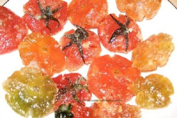 Khi thấy cà chua đã đóng đường, gắp cà chua ra đĩa ngay.