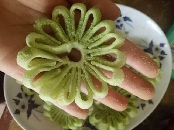 Tạo dáng hoa cúc cho mứt dừa