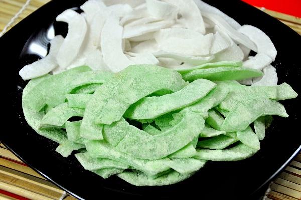 Món mứt dừa lá nếp mang màu sắc xanh lá mạ non vừa nhẹ nhàng vừa đẹp mắt