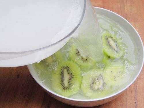 Cho kiwi vào nước vôi