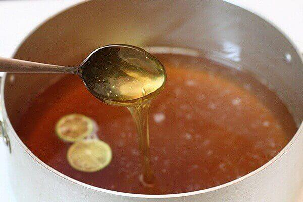 Đun me với nước đường - Cách làm mứt me chín khô nguyên trái ngào đường chua cay