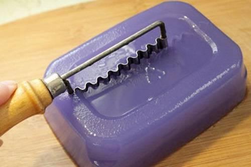 Dùng dao răng cưa cắt thành miếng nhỏ