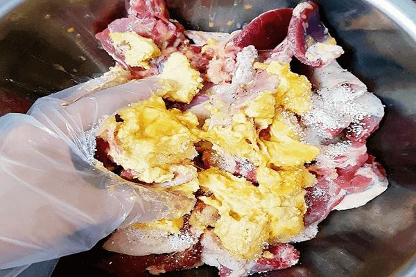 Ướp phần thịt ngan với hành, tỏi, sả, ớt