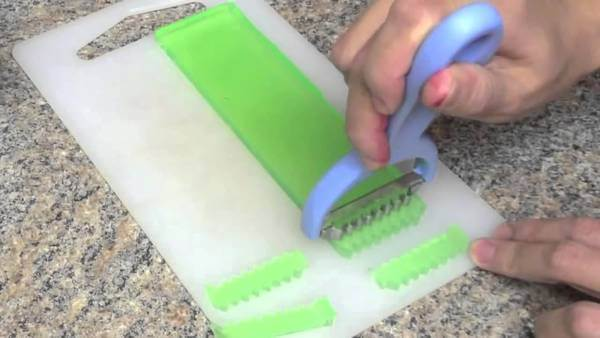 Chú ý, không nên cắt quá nhỏ vì khi sấy mứt rau câu sẽ rất nhỏ.