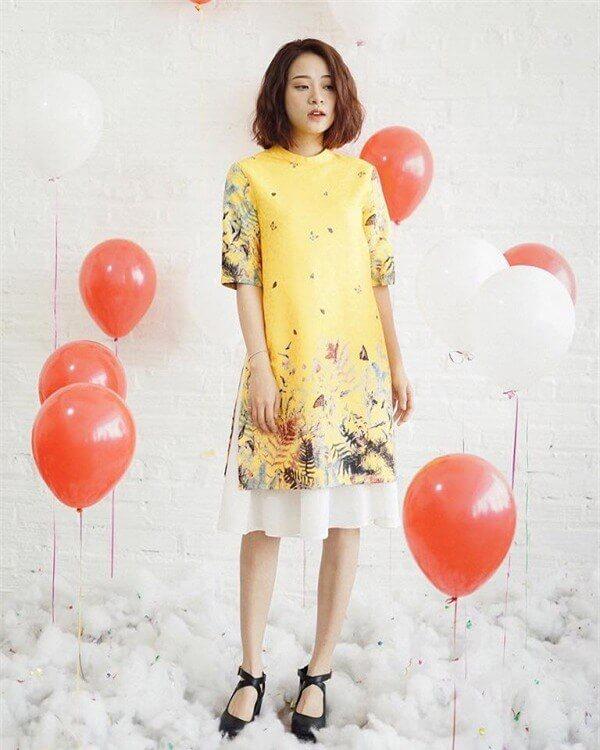 Mặc áo dài cách tân cùng với chân váy xòe để làm nổi bật sự nữ tính, nền nã của người mặc