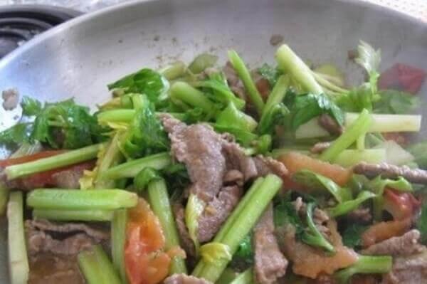 Cách làm lưỡi bò xào tỏi tây