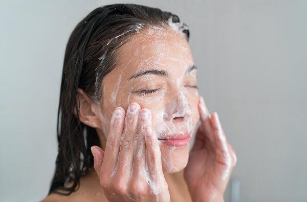 Nếu chỉ dùng duy nhất sữa rửa mặt để làm sạch thì hậu quả là lớp cặn này sẽ tích tụ ngày một nhiều hơn