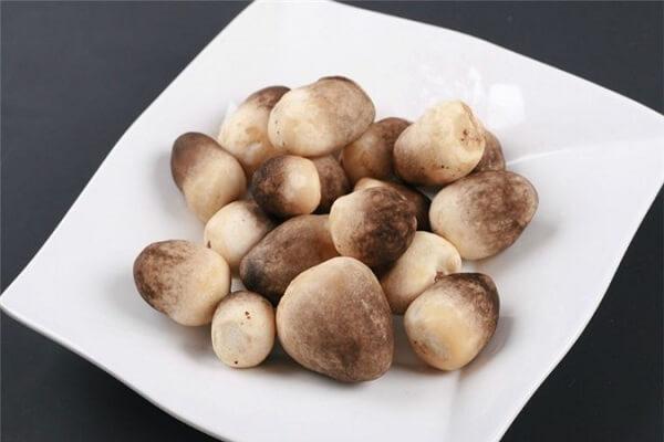 Tên gọi nấm rơm xuất phát từ việc sản xuất từ các bó rơm.
