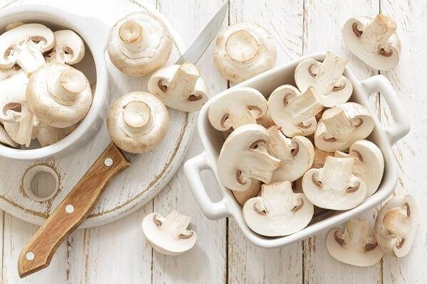 Nấm mỡ có màu trắng, nhìn khác sạch sẽ và dễ nhận ra – Tên, hình ảnh các loại nấm thông dụng ăn được, nấm độc ở Việt Nam