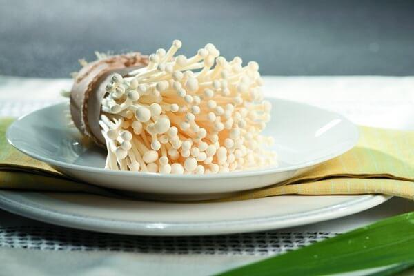 Loại nấm này có dạng sợi, thường mọc vào cuối mùa thu và đầu mùa xuân