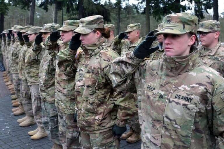 Army dịch tiếng Anh có nghĩa là quân đội, lực lượng quân đội.