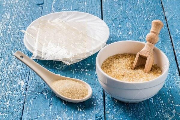 Bột gelatin và bột rau câu đều được xem là nguyên liệu có thể dùng để kết dính và làm đông