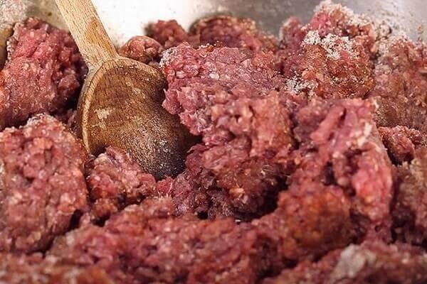 Rửa sạch và sơ chế thịt heo.