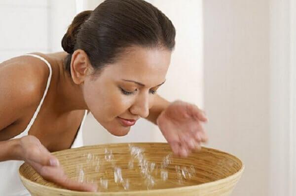Rửa mặt bằng nước muối sinh lý có cần rửa lại bằng nước sạch không?