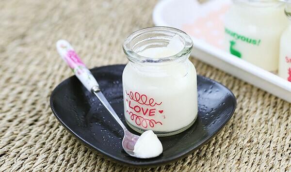Sữa chua đã đông thì bạn cho sữa chua vào ngăn mát tủ lạnh 3 – 4 tiếng