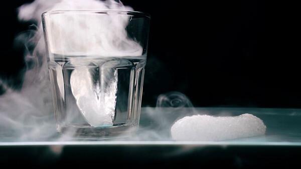 Đá khô làm từ CO2 nên đá khô tự nó không có độc