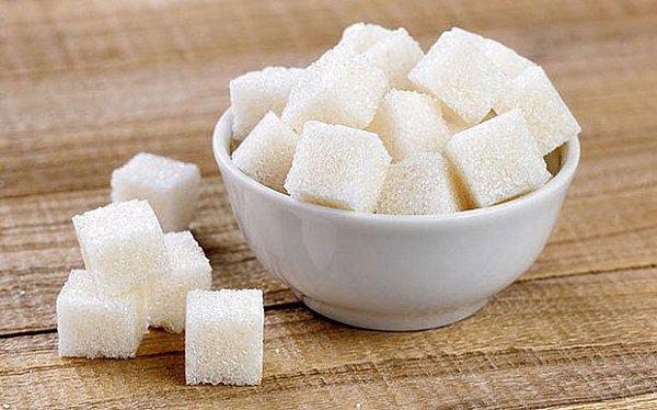 Đường cát trắng hay đường phèn đều là một trong những nguyên liệu tạo vị ngọt.