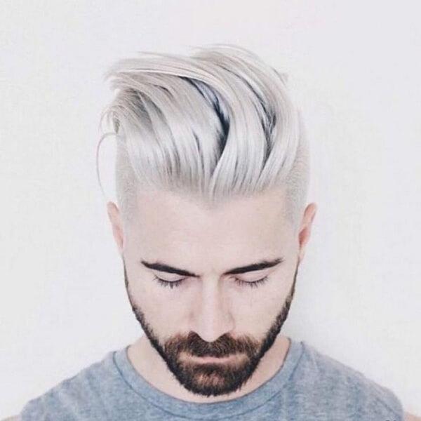 Thêm một chút màu tóc nhuộm bạc hay màu xám khói sẽ là điểm nhấn để mái tóc vuốt dựng ngược thêm ấn tượng hơn bao giờ hết.