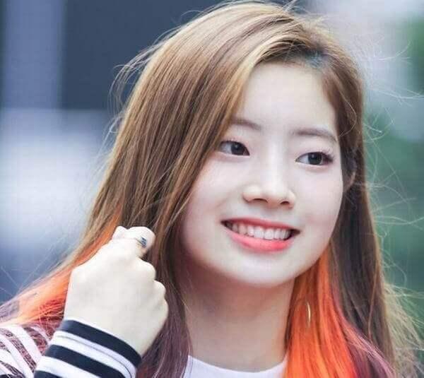 Nhuộm màu hồng cam sẽ giúp các bạn trong trẻ trung năng động - tóc móc lai đẹp, tóc đen móc light tóc màu nào đẹp