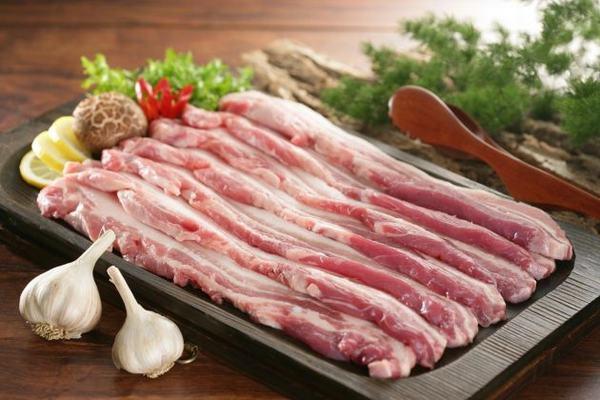 Thịt lợn khỏe mạnh có màu hồng tươi, không có mùi.