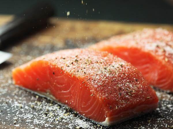 Cá hồi là loại cá giàu protein.