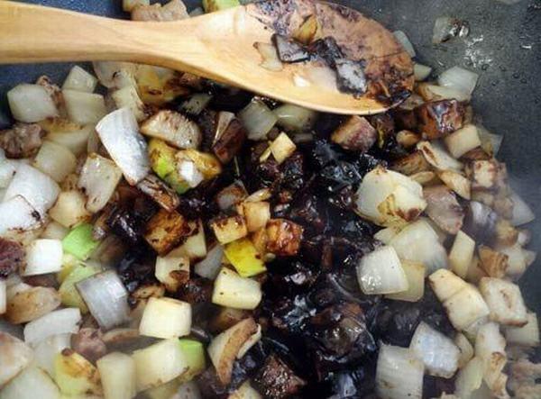 Cho đường, sốt mỳ đen, và rượu gạo vào trộn đều