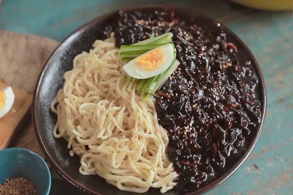 Cách làm mì tương đen Hàn Quốc Jajangmyeon thơm ngon hấp dẫn