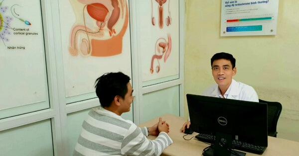 Bác sĩ Nguyễn Hoài Bắc tư vấn cho bệnh nhân khám Nam khoa