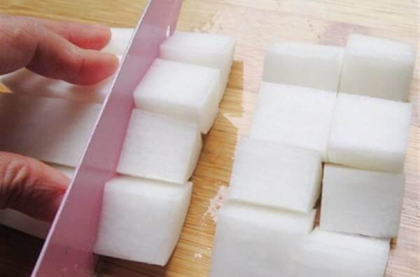 Củ cải xắt thành các miếng vuông