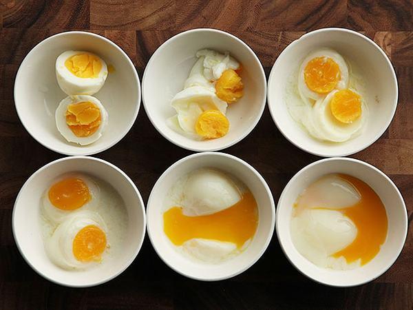 Không nên ăn trứng gà sống hay hòa tan trứng sống trong cháo nóng