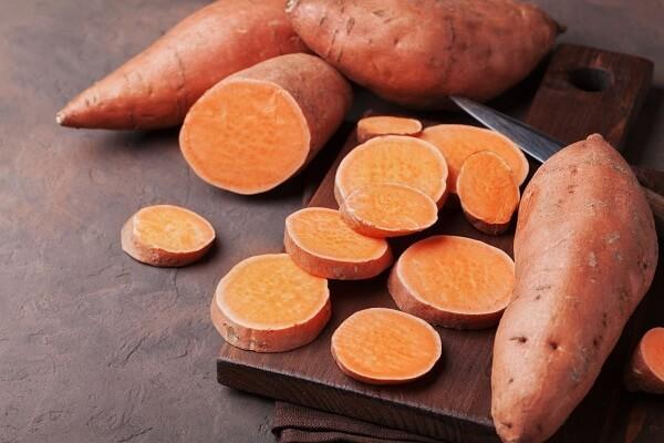 Khoai lang là một nguồn tinh bột quen thuộc và là thực phẩm chứa nhiều vitamin C