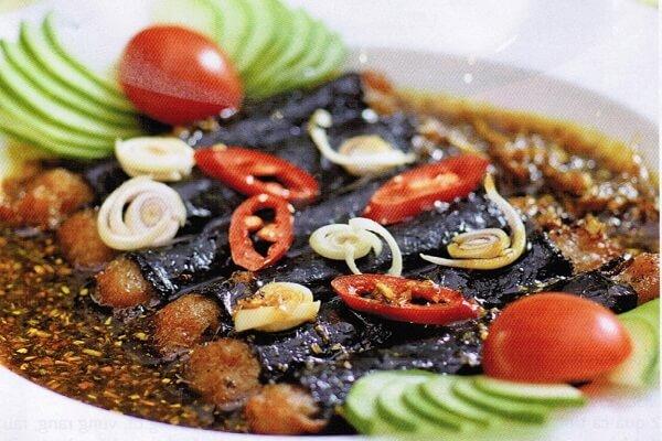 Thêm vào lát ớt và rắc tiêu sẽ khiến món cá kho hơi cay cay