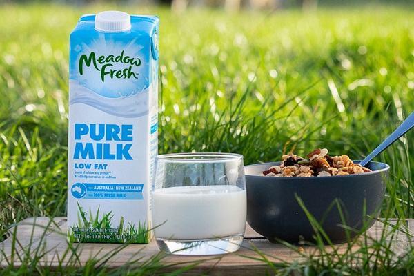 Review sữa tươi tiệt trùng nguyên kem Meadow Fresh hộp 1l có tốt không, giá bán bao nhiêu?